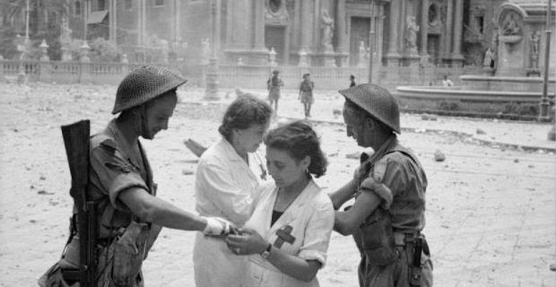 5 Agosto 1943, Catania, Truppe Inglesi e infermiere sulla piazza dell'elefantino..