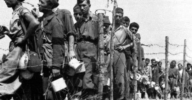 8 Agosto 1943, prigionieri Italiani in attesa del rancio.