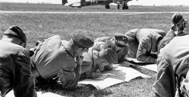 Bundesarchiv_Bild_101I-341-0481-39A_Frankreich_Luftwaffe_bei_Vorbereitungen