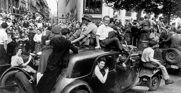 26 Agosto 1944, Francia, festeggiamenti per la liberazione foto Robert Capa