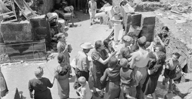 5 Agosto 1943, Catania, Siciliani in attesa di cibo dai liberatori